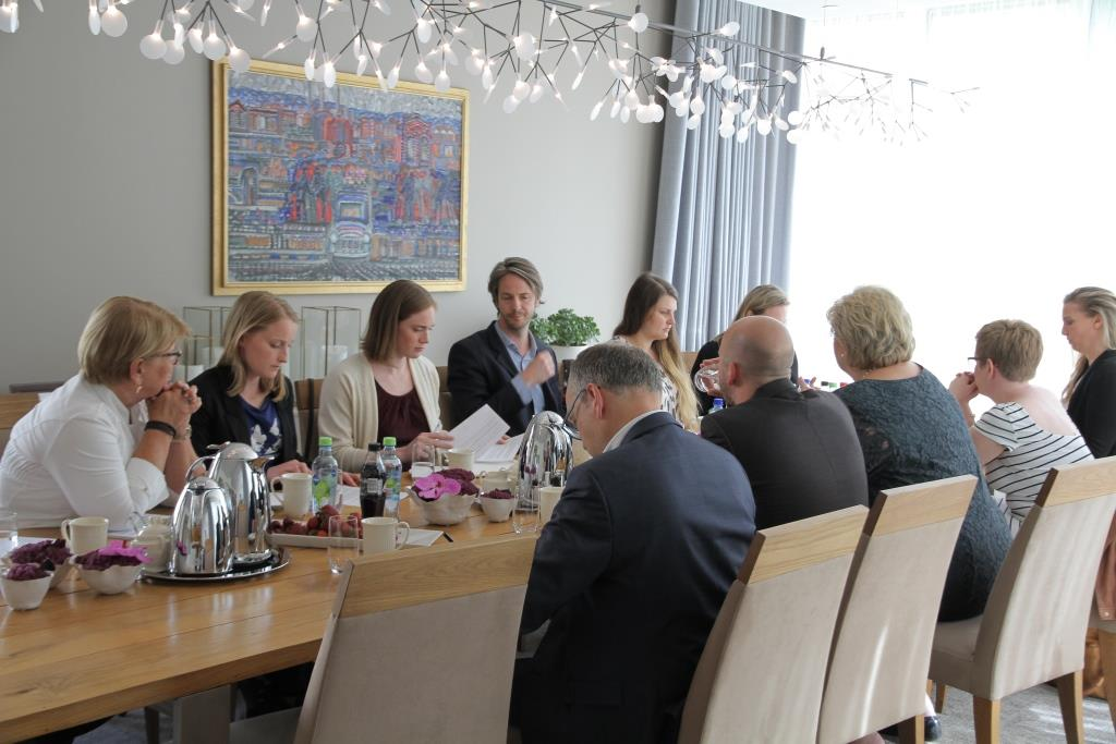 Erna-Solberg-og-siv-samf-rundt-bordet.JP