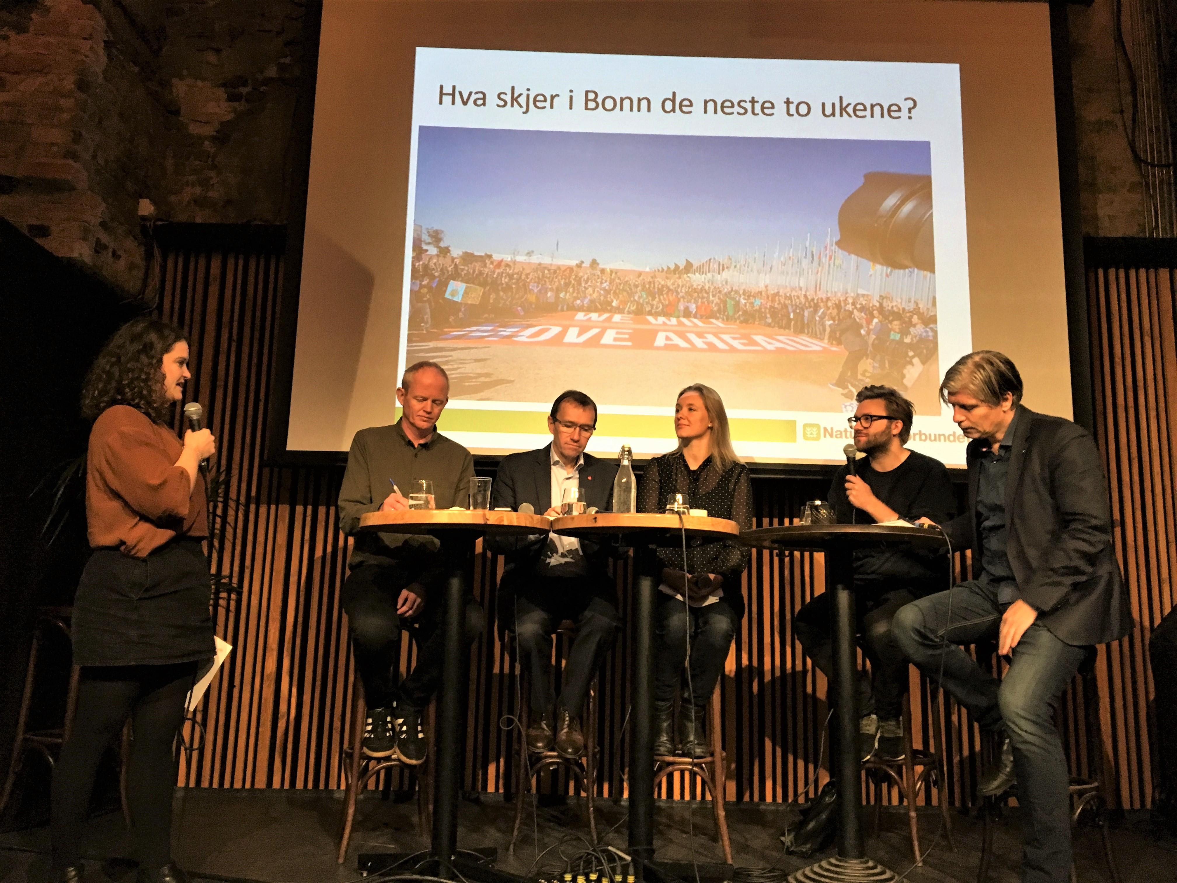 Seniorrådgiver i ForUM, Kristina Fröberg, i panel med Lars Haltbrekken (SV), Espen Barth Eide (Ap), Stefan Heggelund (H) og Ola Elvestuen (V)